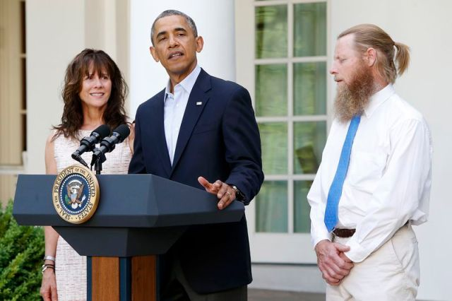 Barack Obama stands with Bob Bergdahl (R) and Jami Bergdahl (L) as he delivers a statement about the release of their son, prisoner of war U.S. Army Sergeant Bowe Bergdahl, in the Rose Garden at the White House